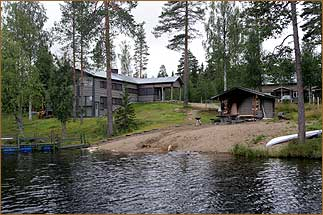Restaurant und Auditorium der Lodge am See in Finnland